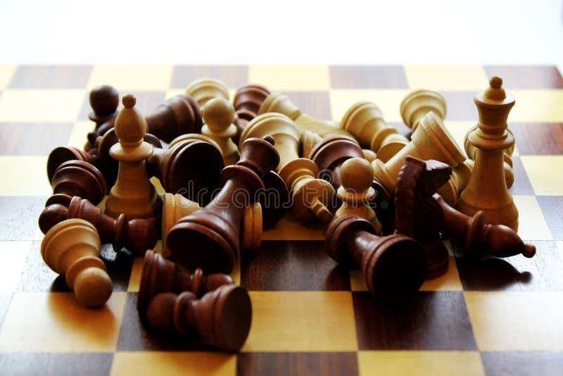Ξύλινα κομμάτια σκακιού και πίνακας στοκ φωτογραφία