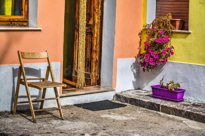 Ξύλινα δοχεία καρεκλών και λουλουδιών στοκ φωτογραφία