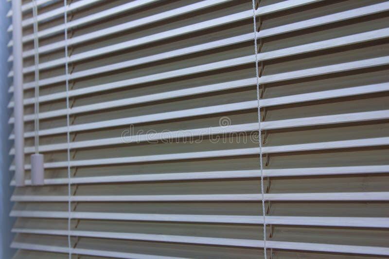 Ξύλινα παραθυρόφυλλα στην κινηματογράφηση σε πρώτο πλάνο παραθύρων στοκ φωτογραφία με δικαίωμα ελεύθερης χρήσης