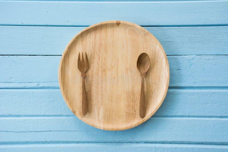 Ξύλινα πιάτο, δίκρανο και κουτάλι στοκ φωτογραφίες με δικαίωμα ελεύθερης χρήσης