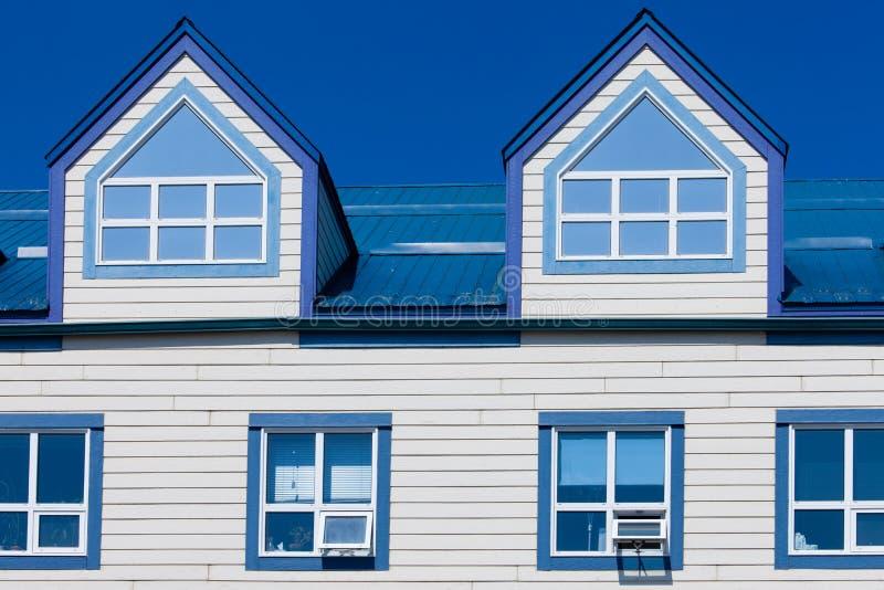 Ξύλινα πλαισίων παράθυρα στεγών μετάλλων σπιτιών μπλε dormer στοκ εικόνες