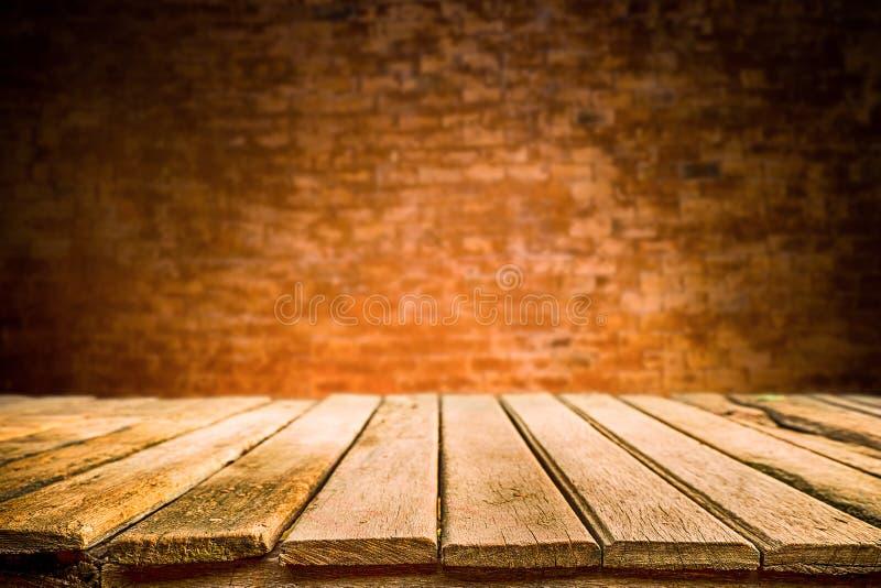Ξύλινα πλατφόρμα γραφείων και υπόβαθρο τουβλότοιχος στοκ εικόνα με δικαίωμα ελεύθερης χρήσης