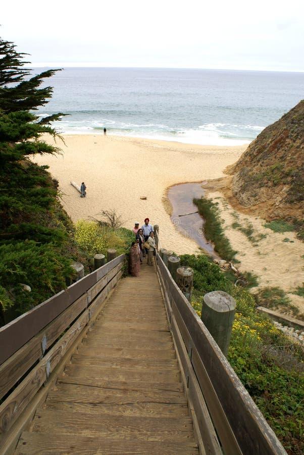 Ξύλινα σκαλοπάτια που οδηγούν στο μισό κόλπο φεγγαριών, Καλιφόρνια στοκ εικόνες