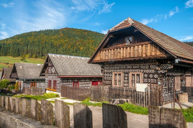 Ξύλινα σπίτια στο χωριό Cicmany στοκ φωτογραφίες