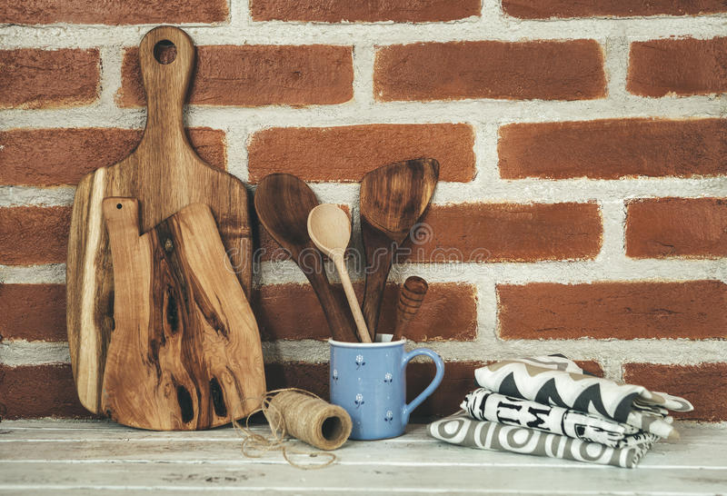 Ξύλινα στηρίγματα κουζινών στο υπόβαθρο τουβλότοιχος στοκ εικόνα με δικαίωμα ελεύθερης χρήσης