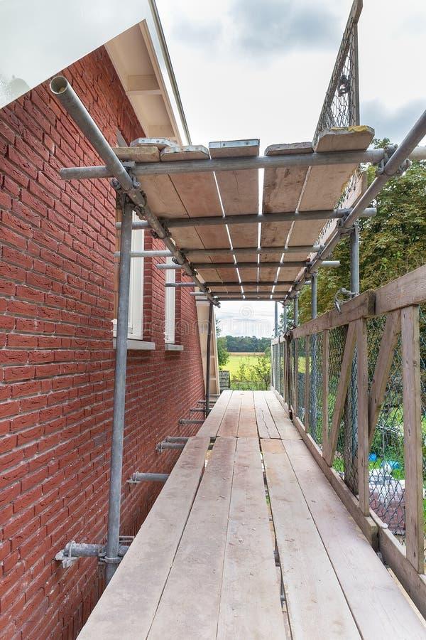 Ξύλινα υλικά σκαλωσιάς στο νέο ολλανδικό σπίτι στοκ φωτογραφία με δικαίωμα ελεύθερης χρήσης