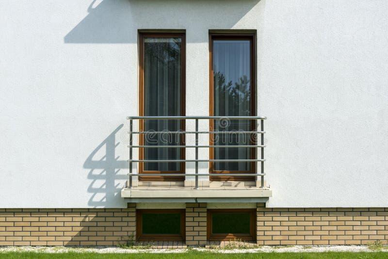 Ξύλινα ψηλά παράθυρα στον άσπρο τοίχο στοκ φωτογραφία με δικαίωμα ελεύθερης χρήσης