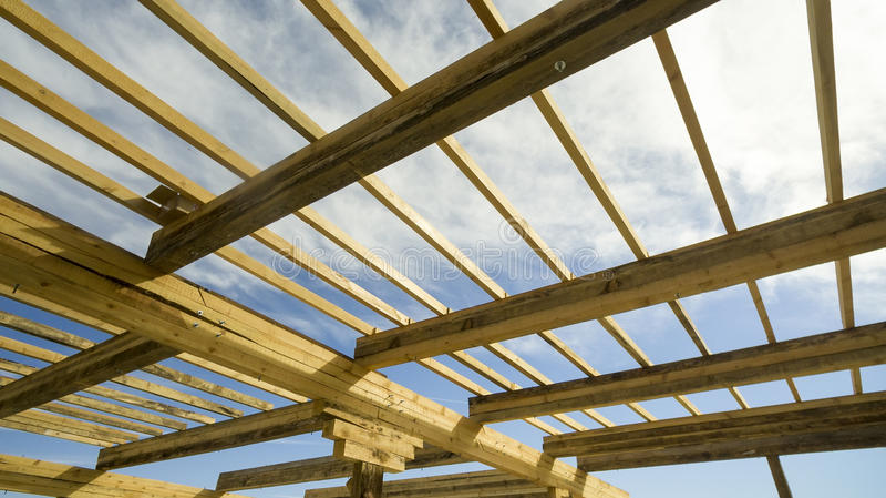 Ξύλινες ακτίνες στην κατασκευή η στέγη του σπιτιού στοκ φωτογραφία