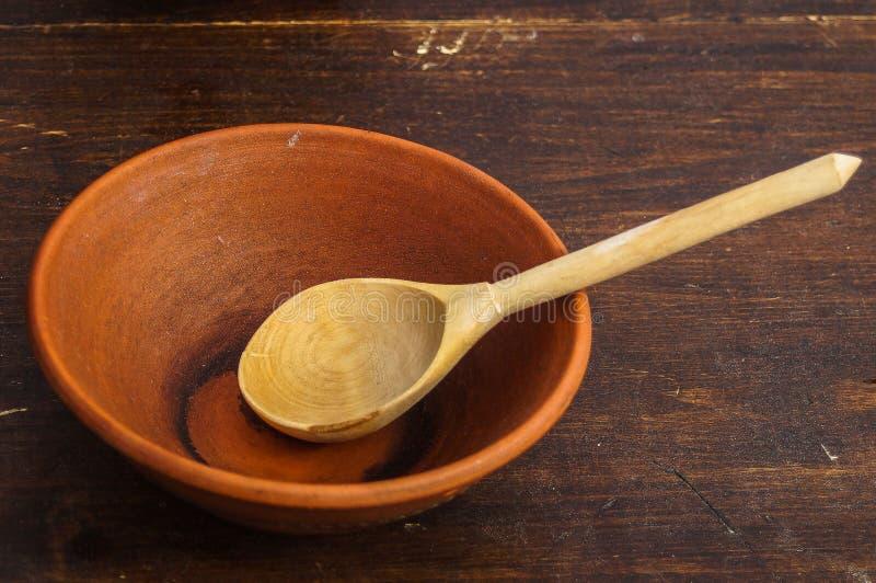 Ξύλινες κουτάλι και αγγειοπλαστική στοκ εικόνα με δικαίωμα ελεύθερης χρήσης