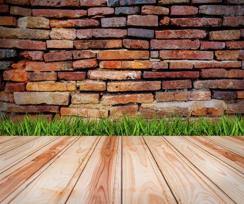 Ξύλινες πάτωμα και χλόη με τα υπόβαθρα σύστασης τούβλου στοκ φωτογραφία με δικαίωμα ελεύθερης χρήσης