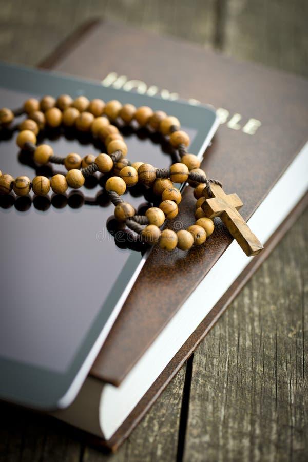 Ξύλινες rosary χάντρες με την ταμπλέτα υπολογιστών στοκ εικόνες με δικαίωμα ελεύθερης χρήσης