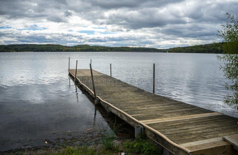 Ξύλινη αποβάθρα του Άρθουρ λιμνών στοκ εικόνα με δικαίωμα ελεύθερης χρήσης