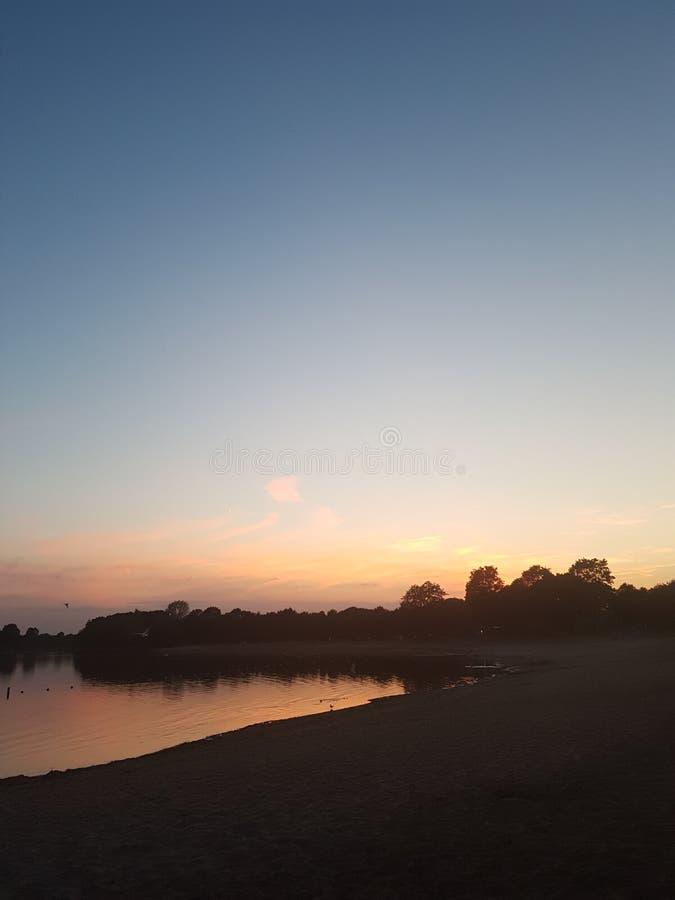 Ξύλινη δασική παραλία βραδιού νερού ουρανού ήλιων θάλασσας netherland στοκ φωτογραφία με δικαίωμα ελεύθερης χρήσης