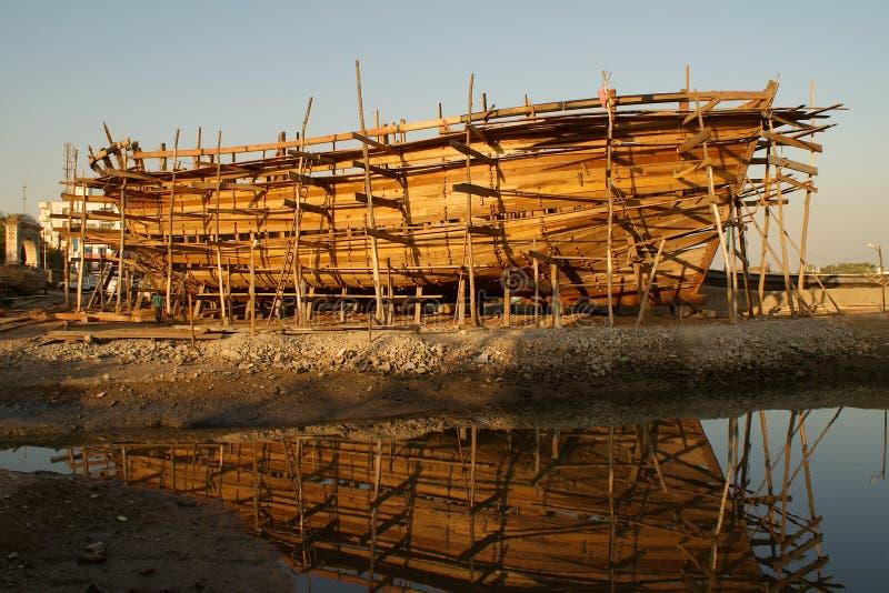 Ξύλινη βάρκα κάτω από την κατασκευή στοκ φωτογραφίες
