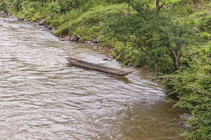 Ξύλινη βάρκα σε Riverfron στην του Εκουαδόρ Αμαζονία στοκ εικόνα με δικαίωμα ελεύθερης χρήσης