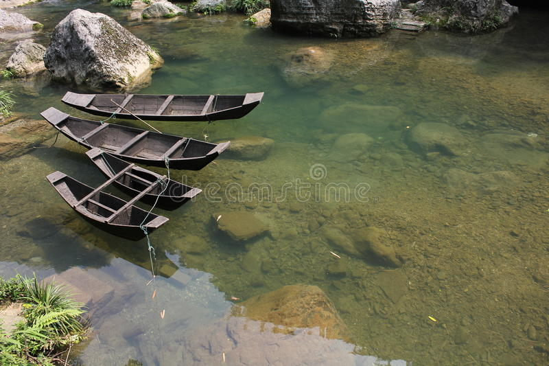 Ξύλινη βάρκα στη λίμνη στοκ εικόνες