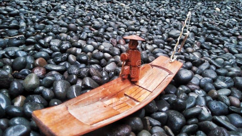 Ξύλινη βάρκα στη θάλασσα των βράχων στοκ φωτογραφία με δικαίωμα ελεύθερης χρήσης