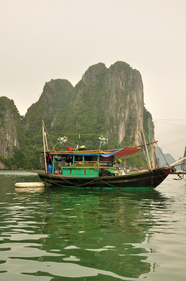 Ξύλινη βάρκα στον κόλπο Βιετνάμ HaLong στοκ εικόνα