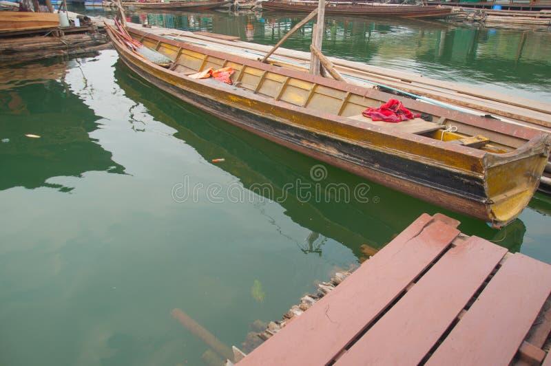Ξύλινη βάρκα στο επιπλέον χωριό σε Kanchanaburi Ταϊλάνδη στοκ φωτογραφίες