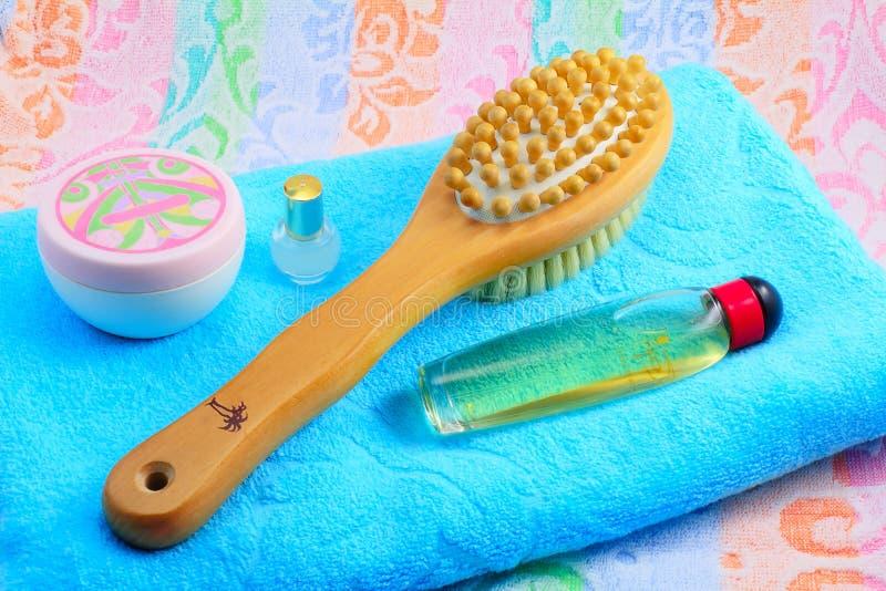 Ξύλινη βούρτσα με μια λαβή για το μασάζ, την πετσέτα και τα αντικείμενα σωμάτων στοκ φωτογραφίες