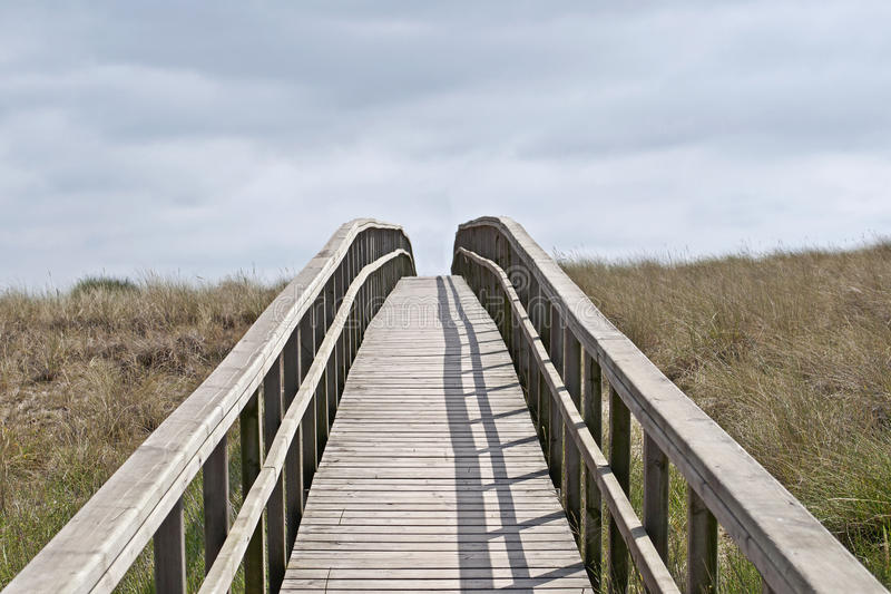 Ξύλινη γέφυρα για πεζούς στους αμμόλοφους στοκ εικόνες