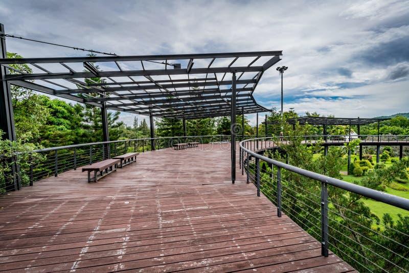 Ξύλινη γέφυρα για πεζούς στο πάρκο στοκ εικόνα
