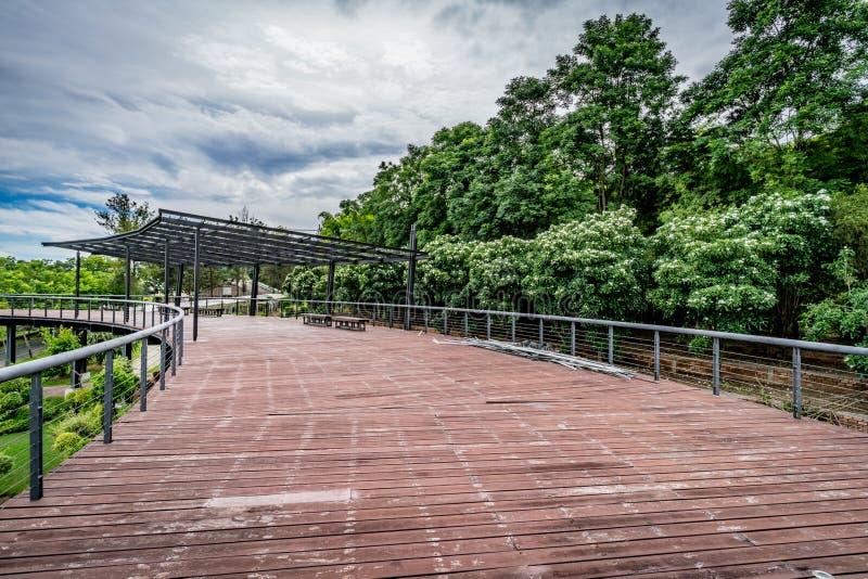 Ξύλινη γέφυρα για πεζούς στο πάρκο στοκ φωτογραφία με δικαίωμα ελεύθερης χρήσης