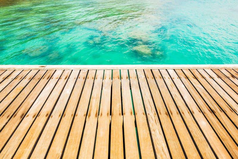 Ξύλινη γέφυρα διάβασης πεζών στην ακτή στοκ εικόνες με δικαίωμα ελεύθερης χρήσης