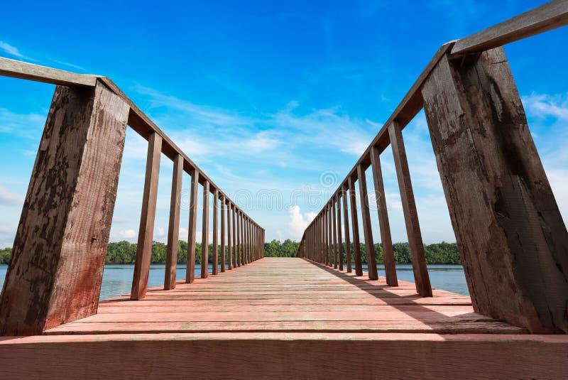 Ξύλινη γέφυρα στην ακτή στοκ φωτογραφία με δικαίωμα ελεύθερης χρήσης