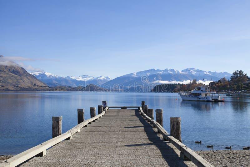 Ξύλινη γέφυρα στη λίμνη Wanaka στη Νέα Ζηλανδία στοκ εικόνες