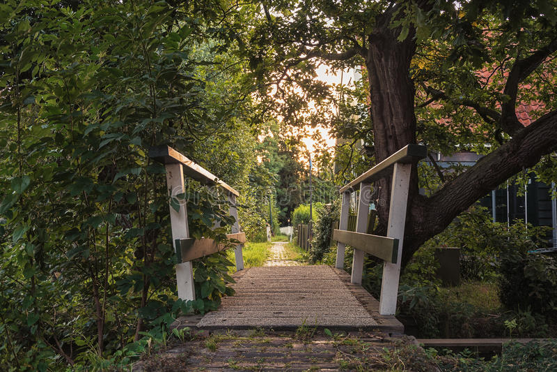 Ξύλινη γέφυρα στο χωριουδάκι Haaldersbroek κοντά στο Zaandam, Κάτω Χώρες στοκ εικόνες