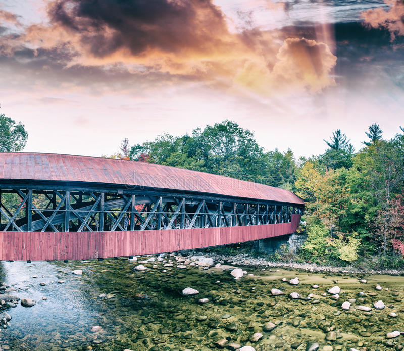 Ξύλινη γέφυρα της Νέας Αγγλίας στο σούρουπο στοκ εικόνα με δικαίωμα ελεύθερης χρήσης