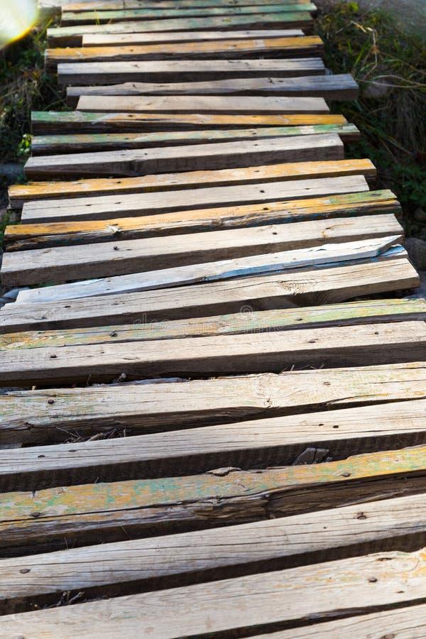 Ξύλινη γέφυρα των σανίδων πέρα από τον ποταμό στοκ φωτογραφία με δικαίωμα ελεύθερης χρήσης