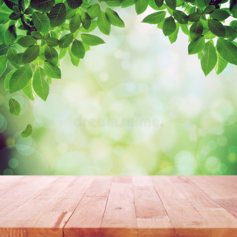 Ξύλινη επιτραπέζια κορυφή αφηρημένο υπόβαθρο bokeh φύσης στο πράσινο στοκ εικόνες