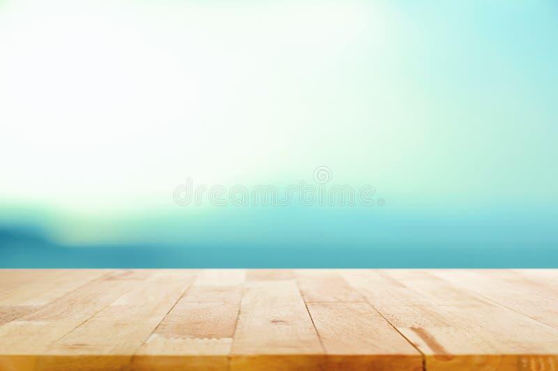 Ξύλινη επιτραπέζια κορυφή στο άσπρο μπλε υπόβαθρο κλίσης στοκ εικόνες με δικαίωμα ελεύθερης χρήσης