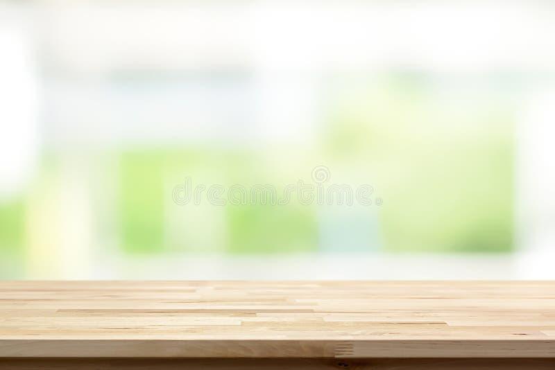Ξύλινη επιτραπέζια κορυφή στο άσπρο πράσινο υπόβαθρο παραθύρων κουζινών θαμπάδων στοκ εικόνα με δικαίωμα ελεύθερης χρήσης