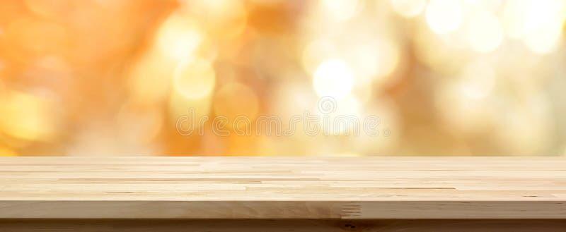 Ξύλινη επιτραπέζια κορυφή στο λαμπρό χρυσό αφηρημένο υπόβαθρο bokeh στοκ φωτογραφίες