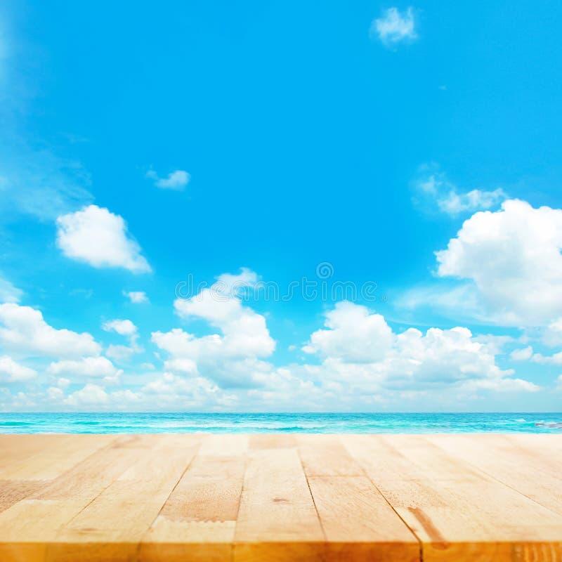 Ξύλινη επιτραπέζια κορυφή στο μπλε υπόβαθρο θάλασσας & ουρανού στοκ φωτογραφίες με δικαίωμα ελεύθερης χρήσης