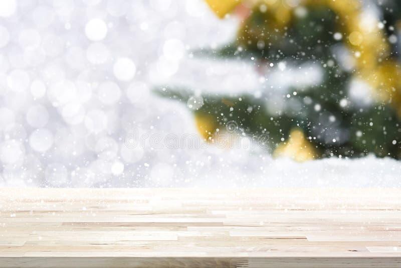 Ξύλινη επιτραπέζια κορυφή στο υπόβαθρο χριστουγεννιάτικων δέντρων θαμπάδων στοκ εικόνα με δικαίωμα ελεύθερης χρήσης