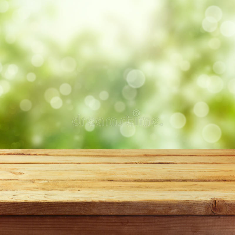 Ξύλινη επιτραπέζια χλεύη επάνω στο υπόβαθρο προτύπων για την επίδειξη montage προϊόντων στοκ εικόνα με δικαίωμα ελεύθερης χρήσης