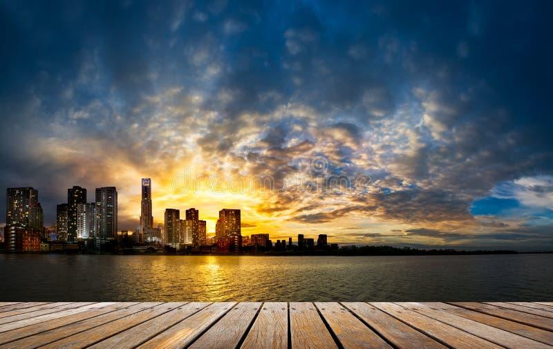 Ξύλινη διάβαση πεζών στην πόλη και το υπόβαθρο ηλιοβασιλέματος στοκ φωτογραφία με δικαίωμα ελεύθερης χρήσης