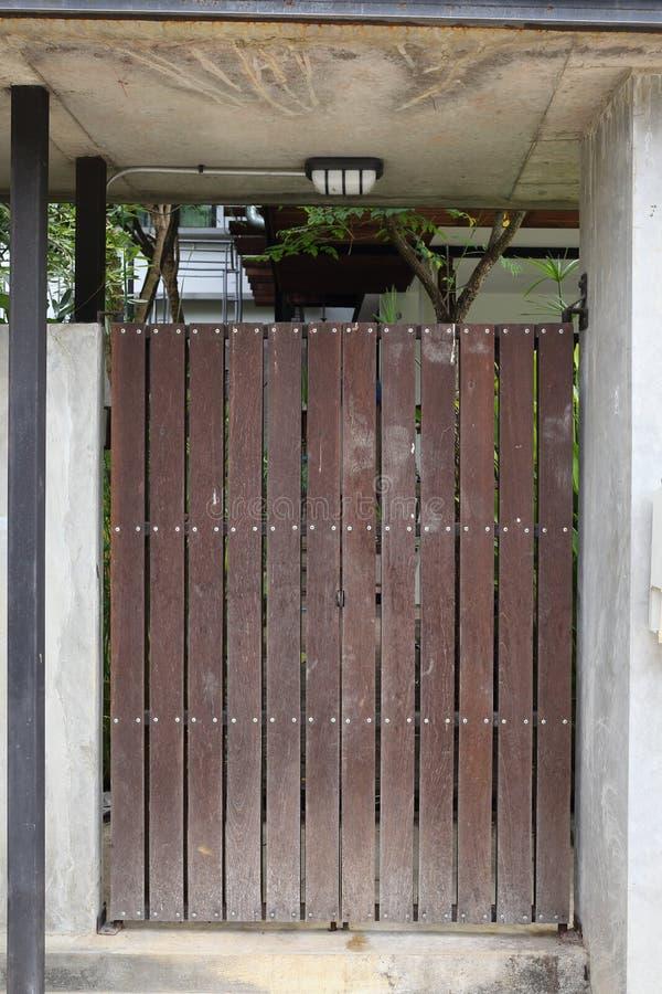 Ξύλινη καφετιά μπροστινή πύλη πορτών στοκ φωτογραφίες με δικαίωμα ελεύθερης χρήσης