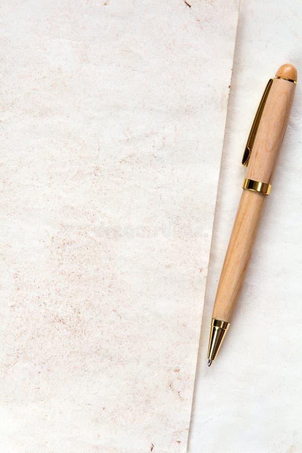 Ξύλινη μάνδρα στην κενή επιστολή στοκ φωτογραφία με δικαίωμα ελεύθερης χρήσης