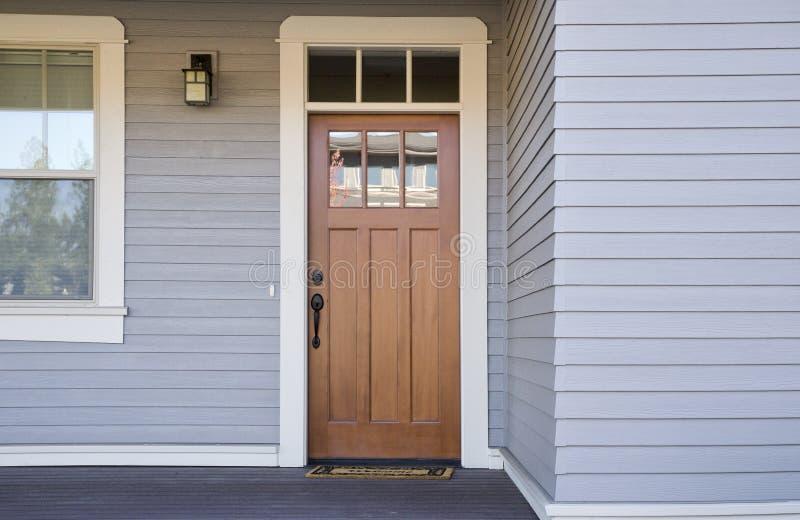 Ξύλινη μπροστινή πόρτα ενός σπιτιού στοκ εικόνες με δικαίωμα ελεύθερης χρήσης