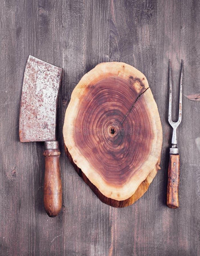 Ξύλινη περικοπή με το μαχαίρι και το δίκρανο μπαλτάδων στοκ εικόνες
