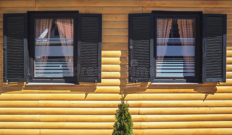 Ξύλινη πρόσοψη σπιτιών στοκ φωτογραφίες