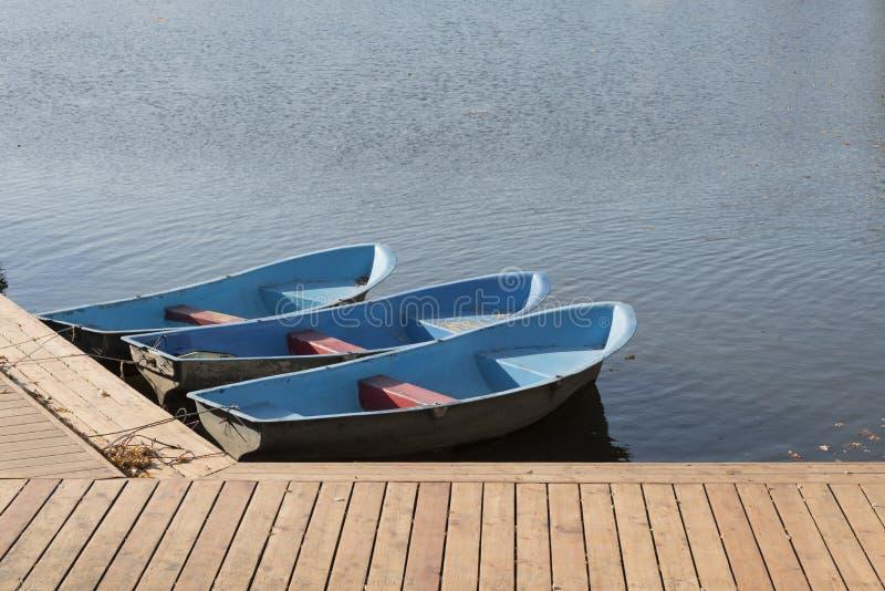 Ξύλινη πρόσδεση και βάρκες στοκ φωτογραφίες