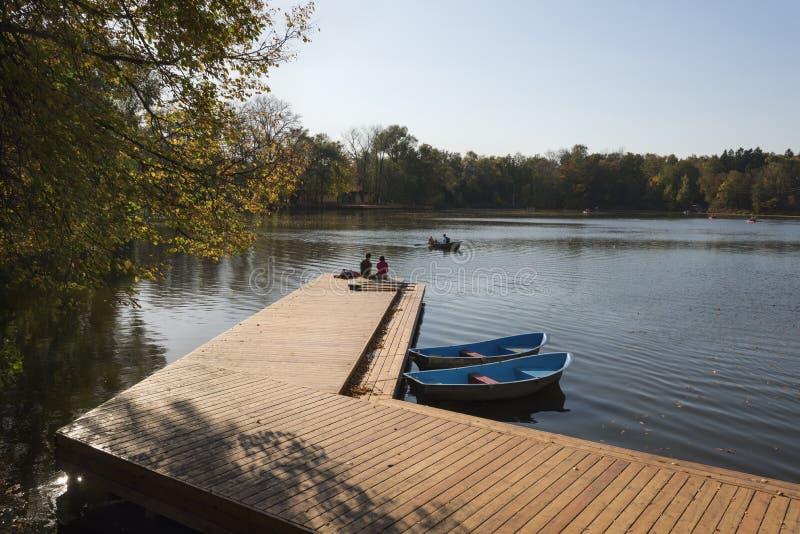 Ξύλινη πρόσδεση και βάρκες στοκ φωτογραφία