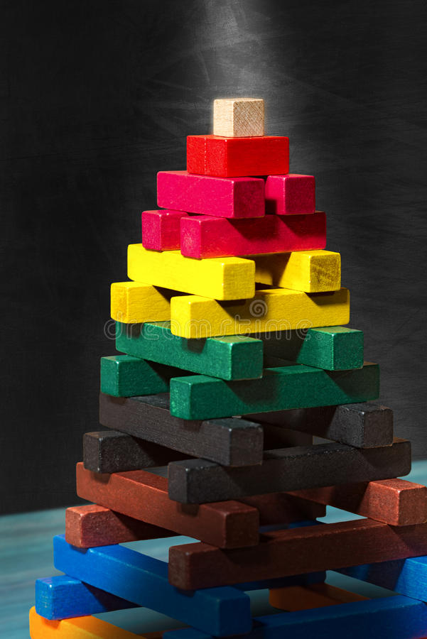 Ξύλινη πυραμίδα - παιχνίδι με τα ζωηρόχρωμα κομμάτια στοκ εικόνες