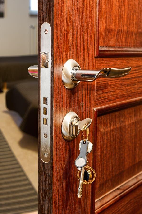 Ξύλινη πόρτα με την ομάδα σύγχρονων κλειδιών στο keychain στοκ φωτογραφίες με δικαίωμα ελεύθερης χρήσης